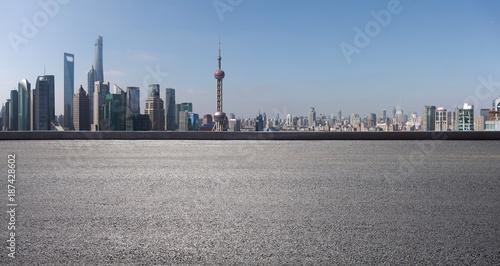 Foto op Aluminium Shanghai Empty road surface floor with city landmark buildings of Shanghai Skyline