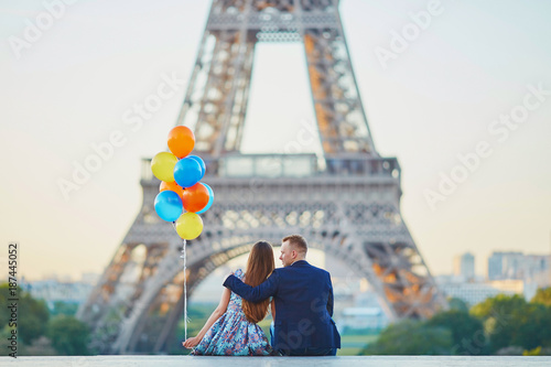 Photo  Couple with colorful balloons near the Eiffel tower