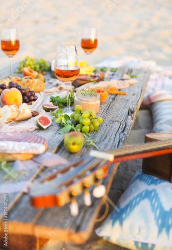 Stickers pour portes Pique-nique Top view beach picnic table