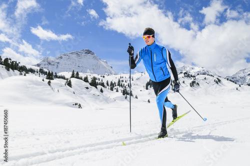 Fotobehang Wintersporten perfekte Lauftechnik in der Loipe
