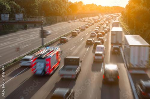 Rettungsgasse auf der Autobahn mit Feuerwehrauto
