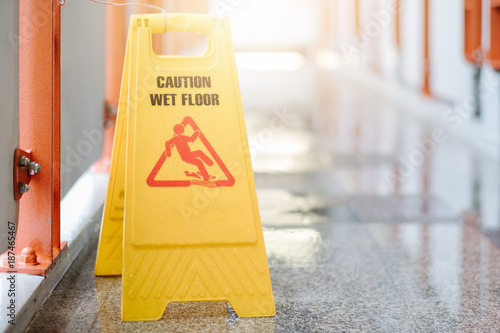 Sign showing warning of caution wet floor at airport Fototapet