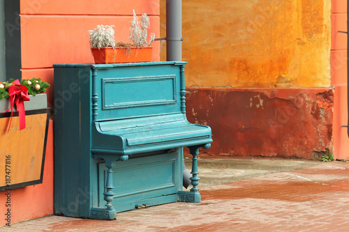 Photo Vintage weathered aquamarine piano outdoor in the street downtown