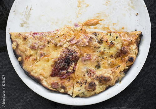 Valokuva half pizza in a plate