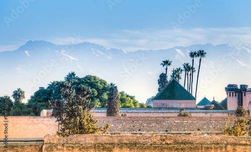 Ruiny pałacu El Badi z gór Atlas w tle, Marrakesz, Maroko