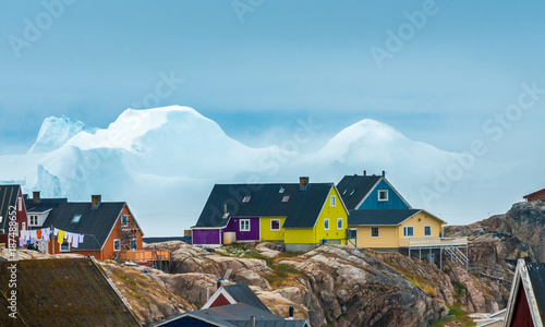Deurstickers Poolcirkel Huge icebergs stranded on the shores of the city of Iulissat, Greenland