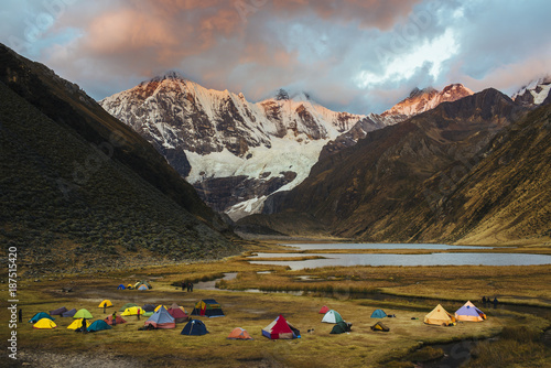Fotografía  Campsite for trekking tours at the Laguna Jahuacocha on the Huayhuash Trek/ Cord