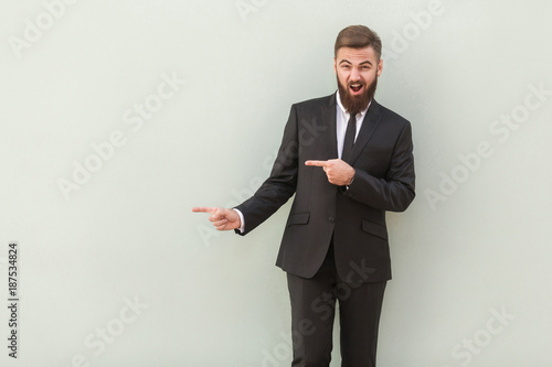 Photo  Happiness young man in office wear pointing at copy space