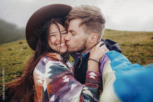 Photo  stylish traveler couple taking selfie photo in mountains