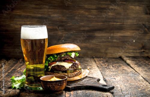 fast-food-duzy-burger-z-wolowina-i-s