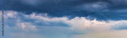 ciemne-chmury-dramatyczne-tlo-panorama-burzliwe-niebo