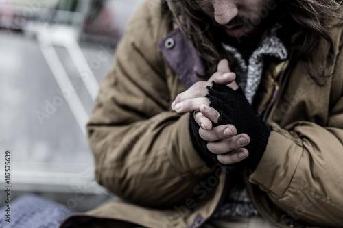Fotografía  Close-up of dirty beggar's hands