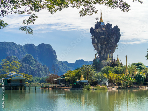 Photo Stands Blue sky Beautiful Buddhist Kyauk Kalap Pagoda in Hpa-An, Myanmar.
