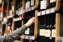 Choosing A Bottle Of Wine In S...