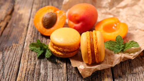Poster Macarons french macaroon on wood background