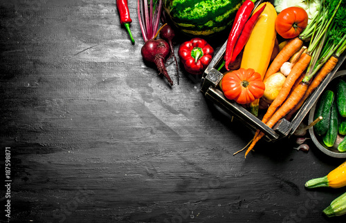 Valokuva  Organic food. Fresh vegetables in an old box.