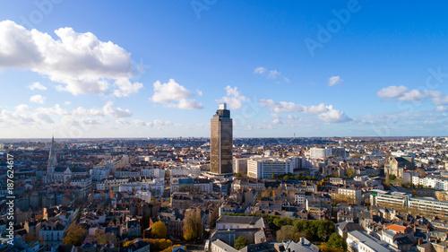 Jeu d'ombres et de lumières sur la Tour de Bretagne et le centre-ville de Nantes