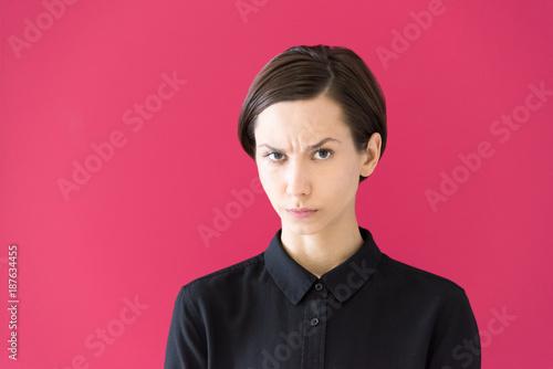 Photo 怒った表情の若い女性のポートレート