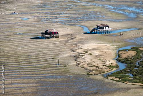 Vue aérienne des cabanes tchanquées sur l'île aux oiseaux dans le Bassin d'Arcac Wallpaper Mural