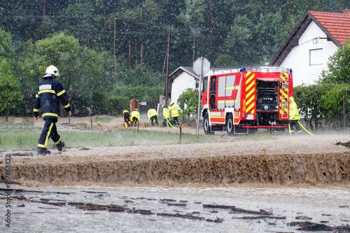 Zdjęcie XXL Straż pożarna pędzi na ratunek, gdy powodzie uderzają w wioskę w Europie po ulewnym deszczu