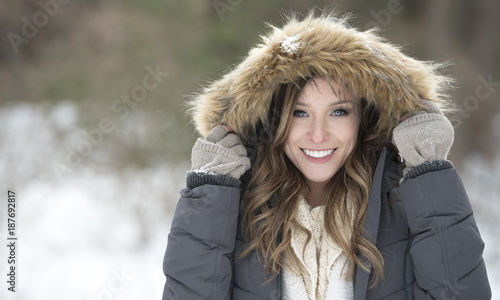 Photo Beautiful brunette young woman in winter scene - snow covered park wearing winte