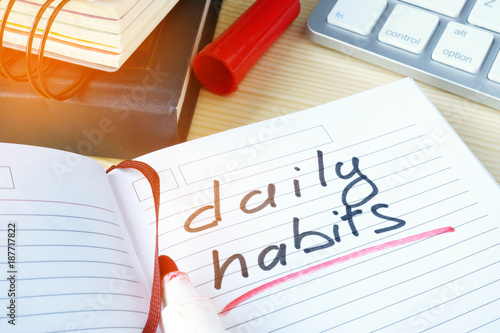 Fotografía  Daily habits written in a note.