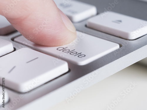 Cuadros en Lienzo Finger is pressing delete key of computer keyboard