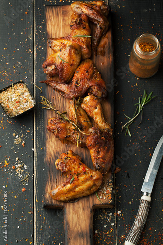 Keuken foto achterwand Kip Grilled chicken wings with spices and rosemary