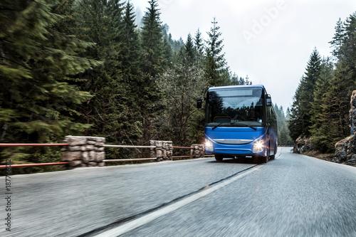Fototapeta Autobus na drodze