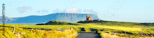 Photo Famous Classiebawn Castle with Belbulbin mountain at the background in Sligo, Ir