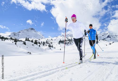 Poster Glisse hiver Synchronität beim klassischen Skilanglauf