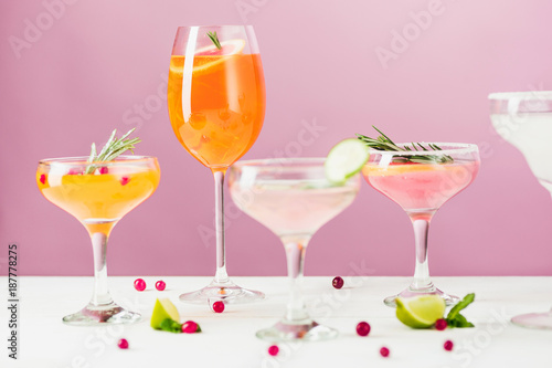 Fototapeta The rose exotic cocktails and fruits on pink