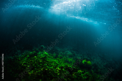 Fotografia Underwater view of the coral reef in a shore with breaking waves