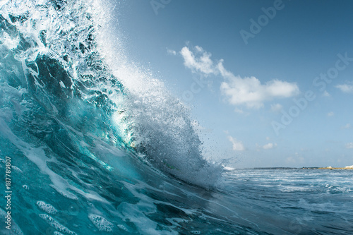 Poster Water Perfect ocean wave breaking on the shore. Surfspot named Jailbreak, Maldives