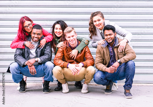 Foto  Glückliche gemischtrassige Gruppe Porträt der besten Freunde auf grauem Wandhint