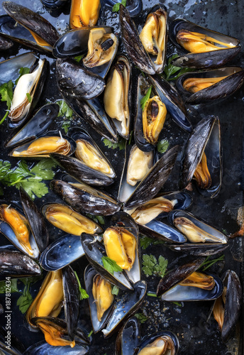 Valokuvatapetti Traditional barbecue Italian blue mussel in white wine as top view on a tray