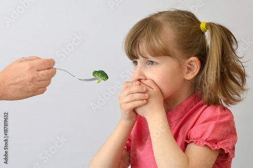 Foto child, kid, does not like broccoli