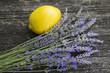 canvas print picture - Lavendel mit Zitrone aus Holztisch