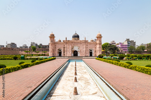 Papiers peints Fortification View of Mausoleum of Bibipari in Lalbagh fort. Lalbagh fort is an incomplete Mughal fortress in Dhaka, Bangladesh