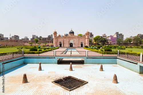 Foto op Canvas Vestingwerk View of Mausoleum of Bibipari in Lalbagh fort. Lalbagh fort is an incomplete Mughal fortress in Dhaka, Bangladesh