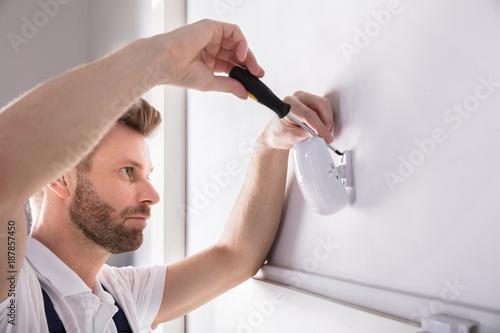 Fotografía  Technician Installing Security System Door Sensor