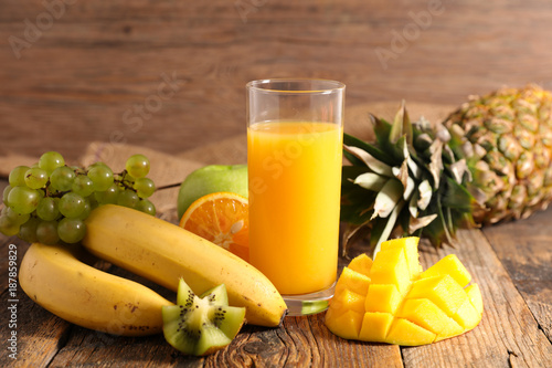 Poster Sap fruit juice on wood background