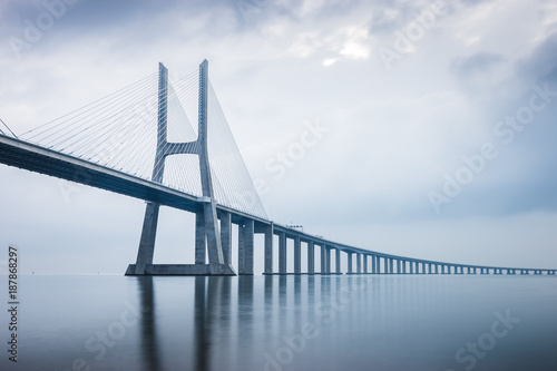 Photo  Vasco da Gama Bridge at sunrise in Lisbon, Portugal