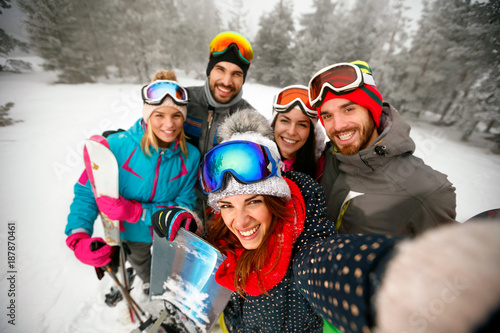 Staande foto Wintersporten winter, extreme sport and people concept - friends having fun on winter hodays