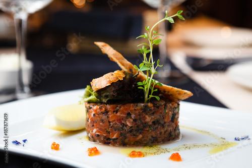 Fotografía Salmon tartar with red caviar