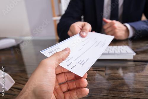 Valokuvatapetti Businessperson Giving Cheque To Colleague