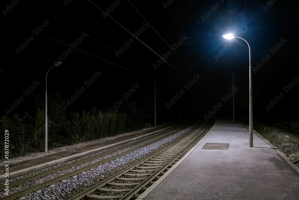 Fototapety, obrazy: Ruhiger einsamer verlassener Bahnsteig bei Nacht mit Laternenlicht
