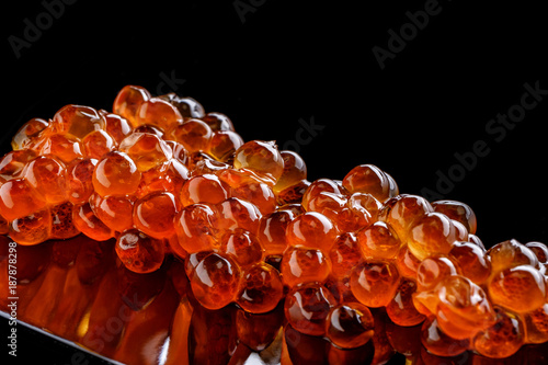 Crédence de cuisine en verre imprimé Roe Salmon roe caviar isolated on black background