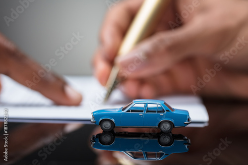 Fotografía  Person's Hand Signing Car Loan Agreement Contract