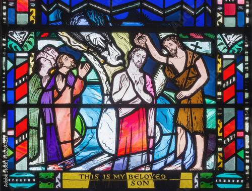In de dag Monument LONDON, GREAT BRITAIN - SEPTEMBER 16, 2017: The Babtism of Jesus cene on the stained glass in church St Etheldreda by Charles Blakeman (1953 - 1953).